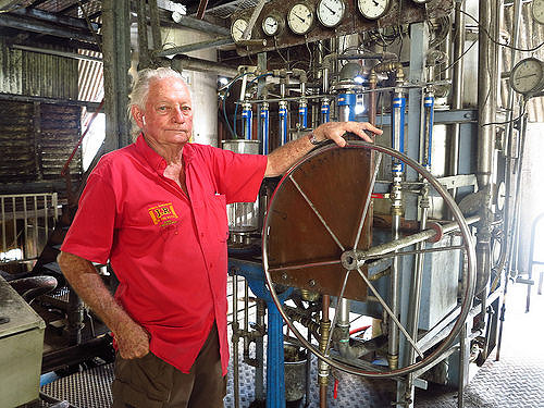 Leopold Reimonenq tient la barre de la distillerie depuis près de 60 ans. © A. Vingtier